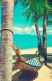 Praia bonita Rede entre duas palmeiras na praia Ho Fotos de Stock Royalty Free