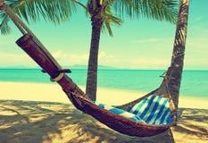 Praia bonita Rede entre duas palmeiras na praia Ho Imagens de Stock