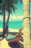 Praia bonita Rede entre duas palmeiras na praia Ho Fotos de Stock