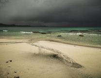 Praia bonita Skagsanden em Flakstad, ilhas de Lofoten em Noruega nas horas de verão imagem de stock