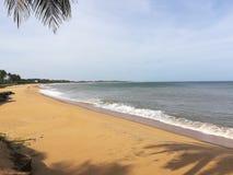a praia bonita & vê em Sri Lanka foto de stock