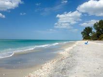 Praia branca clássica da areia em Florida, EUA foto de stock