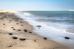Praia branca com as rochas na ilha de Bazaruto Fotografia de Stock Royalty Free