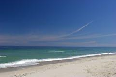 Praia branca da areia fotografia de stock royalty free