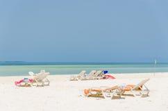 Praia branca da areia com bancos Foto de Stock