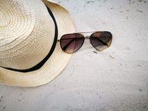 A praia branca da areia com vidros do chapéu e de sol em Hua Hin encalha, artigo e acessórios para férias de verão e HOL fotos de stock royalty free