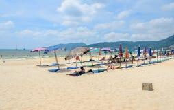 Praia branca da areia da praia de Patong em Phuket, Tailândia Imagens de Stock Royalty Free