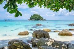 Praia branca da areia do mar de cristal de Andaman foto de stock royalty free