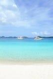 Praia branca da areia do oceano tropical Imagem de Stock
