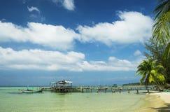 Praia branca da areia e água clara na ilha de Phu Quoc, Vietname imagem de stock royalty free