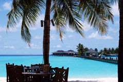 Praia branca da areia e céu azul azul Foto de Stock