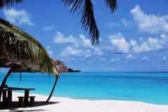 Praia branca da areia e céu azul azul Fotografia de Stock Royalty Free