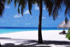 Praia branca da areia e céu azul azul Fotografia de Stock
