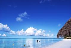 Praia branca da areia e céu azul azul Imagem de Stock