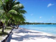 Praia branca da areia e céu azul azul Imagens de Stock