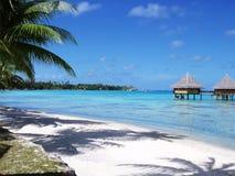 Praia branca da areia e céu azul azul Imagens de Stock Royalty Free