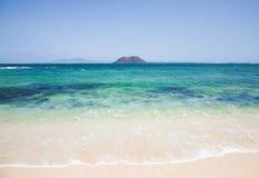 Praia branca da areia em Fuerteventura Fotos de Stock Royalty Free