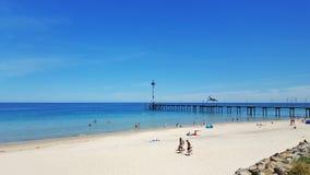 Praia branca da areia em um dia de verão imagens de stock royalty free