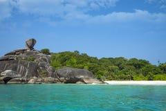 Praia branca da areia, lagoa do paraíso Console no oceano Seascape com água dos azuis celestes, a rocha, as pedras grandes e a fl imagens de stock