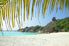 Praia branca da areia, lagoa do para?so Folha de palmeira Povos na praia fotos de stock