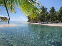 Praia branca da areia no paraíso Foto de Stock