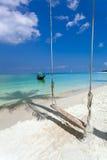 Praia branca da areia perto do mar azul Barco, árvores de máscara Imagem de Stock Royalty Free