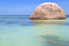 A praia branca da ilha da baía de tao do kho de Ásia balança Imagem de Stock