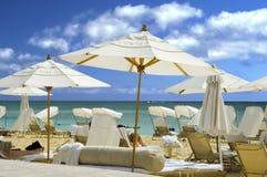 Praia branca do guarda-chuva Imagens de Stock Royalty Free
