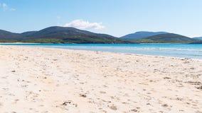 Praia branca ensolarada da areia Fotos de Stock