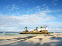 Praia branca sonhadora da areia, console da rocha fotos de stock