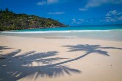 Praia branca surpreendente da areia em Seychelles imagem de stock royalty free