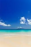 Praia branca tropical da areia e céu azul. Fotos de Stock Royalty Free