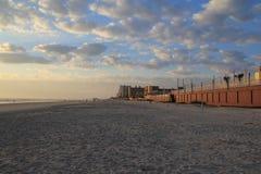 Praia & céu com nuvens Imagens de Stock