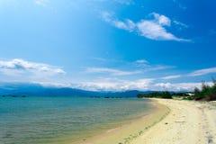 Praia calma com areia branca e o mar azul Fotos de Stock Royalty Free