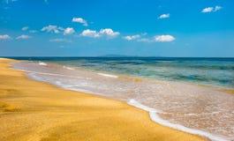 Praia clara bonita na baía famosa de Livadia do russo Imagem de Stock