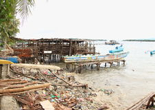 A praia coberta dentro Trashes Fotografia de Stock Royalty Free