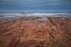 Praia colorida na ilha vulcânica