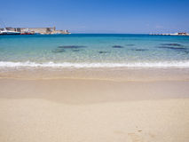 Praia com água calma Imagens de Stock Royalty Free