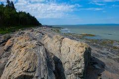 Praia com as rochas no primeiro plano Fotos de Stock Royalty Free