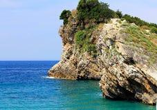 Praia com as rochas pitorescas bonitas Fotos de Stock Royalty Free