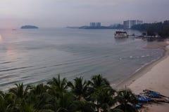 Praia com céu azul fotografia de stock