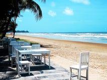Praia com céu azul imagens de stock