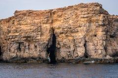 Praia com a caverna em Malta Bluelagoon fotografia de stock
