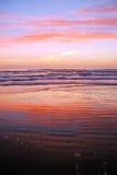 Praia com cores do nascer do sol Imagem de Stock Royalty Free