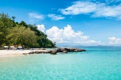 Praia com cristal - água desobstruída imagem de stock royalty free