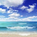 Praia com disjuntores Imagem de Stock