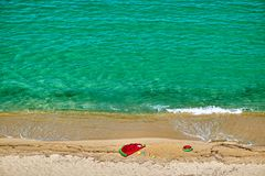 Praia com flutuador e anel infláveis fotos de stock royalty free