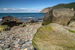 Praia com grandes pedregulhos na maré baixa Fotos de Stock Royalty Free