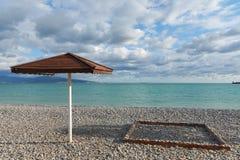 Praia com guarda-chuva e cadeira imagens de stock royalty free