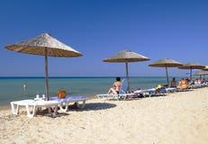Praia com guarda-chuvas imagem de stock